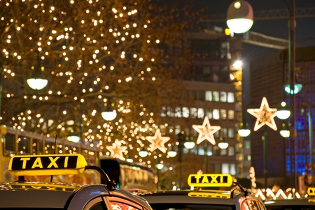 Tedesco segni taxi gialli di notte a Berlino Archivio Fotografico - 9861506