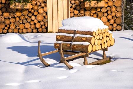そりと雪で冬にスキー小屋