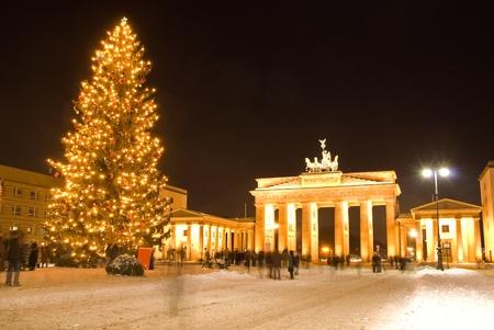 クリスマス冬のベルリンのブランデンブルク門 報道画像