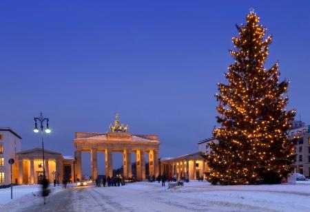 冬のクリスマス ツリーでベルリン クリスマス ブランデンブルク門します。
