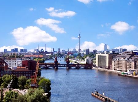 シュプレー川と oberbaumbruecke ベルリンのスカイラインからの眺め 写真素材