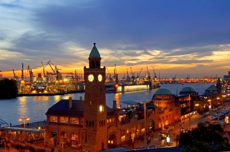 Landungsbruecken, groot containerschip in de haven van Hamburg, Duitsland Stockfoto