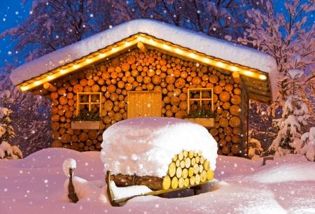 冬に雪でクリスマスの夜にシャレー