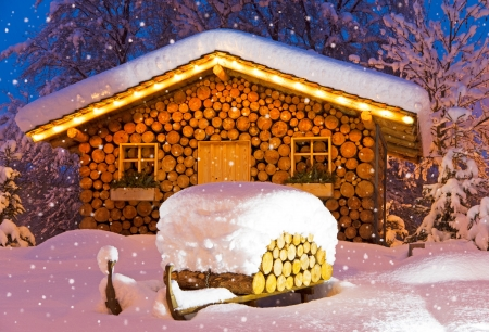 chalet at night in winter at christmas with snow Standard-Bild