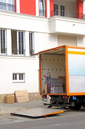 ベルリンの町の家の前に移転バン