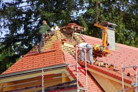 ドイツの伝統的な民家の屋根葺き職人