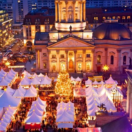 フランスのドイツのベルリンでのドームとクリスマスの市場 報道画像