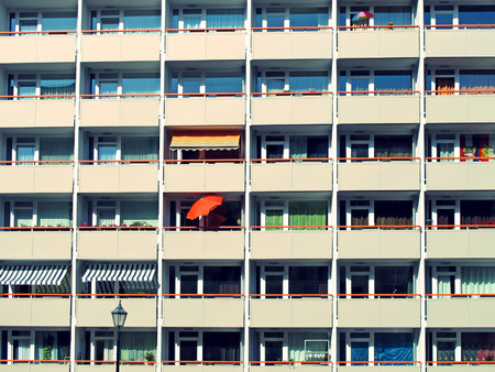 Fachada: edificios altos en East Berlin, detalles de la fachada