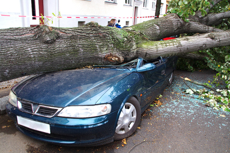 damaged car after a big thunderstorm xavier Foto de archivo
