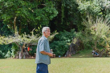 vejez feliz: Chiang Mai, Tailandia -Dic 06, 2015: el hombre mayor no identificada caminando sobre hierba en Chiang Mai Provincia de Chiang Mai, Tailandia