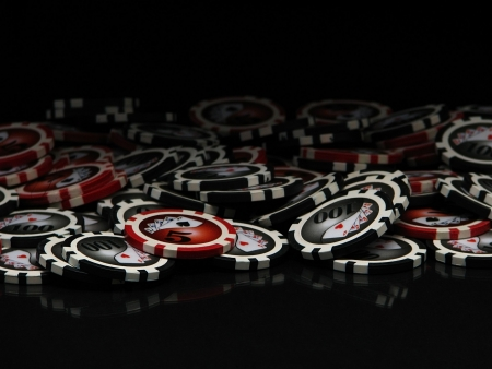 jetons poker: Poker chips et cartes isol�es sur fond noir