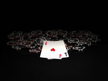 texas hold em: Fichas de p�quer de rojo y negro y tarjetas aisladas sobre fondo negro