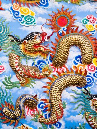 Chinese Draak sculptuur op de muur Stockfoto