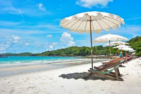 silla playa: Silla de playa con el paraguas Foto de archivo