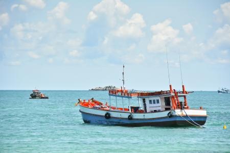 보트를 타고 바다 낚시