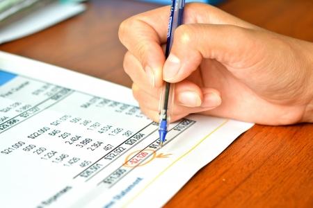 Financiën begroting rapport met de hand van iemand
