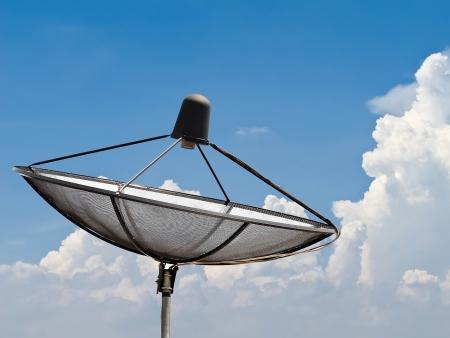 antena parabolica: Antena parab�lica con cielo azul