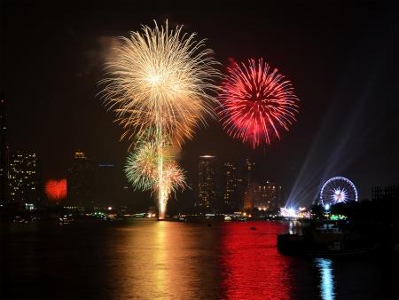 불꽃 놀이는 새해 축하를 위해 도시에서 전시합니다. 스톡 콘텐츠 - 24822845