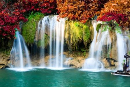 Mooie waterval in diepe bos, Thailand Stockfoto - 25202950
