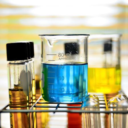 Laboratorium glaswerk met chemische vloeistof