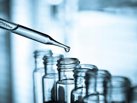 Het laten vallen van vloeistof aan de buis te testen, Laboratorium Stockfoto