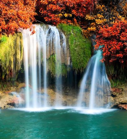 Mooie waterval in diepe bossen Stockfoto - 27818804
