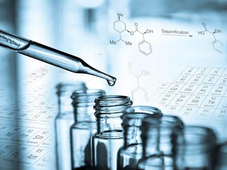 실험실 연구는 액체를 드롭하면 튜브를 테스트