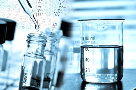 Laboratorium onderzoek, het laten vallen van vloeistof aan de buis te testen