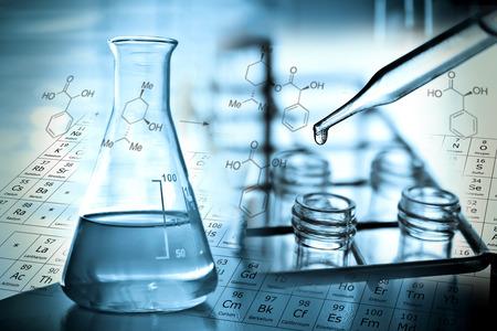 biotecnologia: La investigaci�n de laboratorio, l�quido de ca�da para probar tubo Foto de archivo