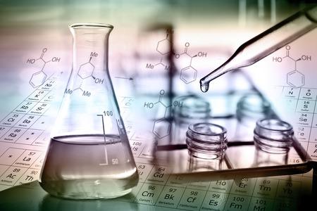 Laboratorium onderzoek, het laten vallen van vloeistof aan de buis te testen Stockfoto - 30024885
