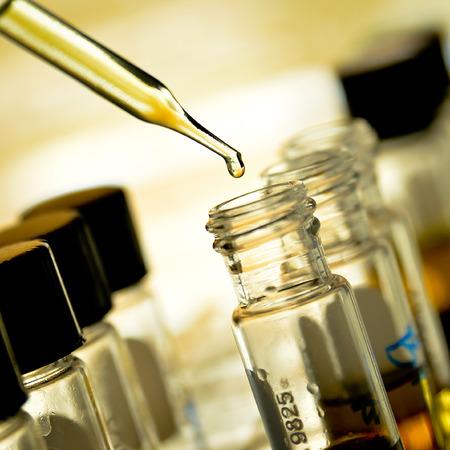 시험관에 약액을 떨어 뜨리기 스톡 콘텐츠 - 30024913