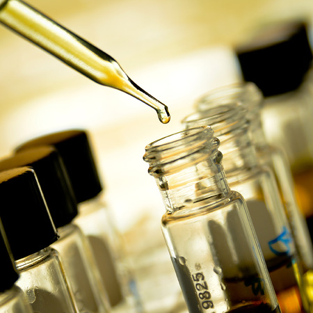 Het laten vallen van chemische vloeistof aan de buis te testen