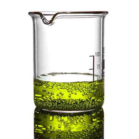 Bekerglas met chemische vloeistof op een witte achtergrond
