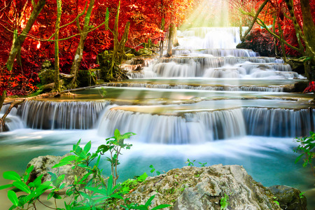 Mooie waterval in deep forest Stockfoto