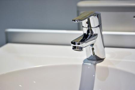モダンで豪華なバスルーム蛇口、洗面台 写真素材 - 43275880