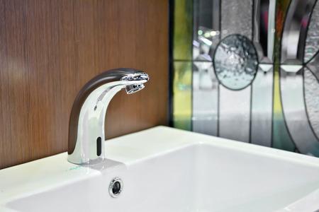 고급스러운 욕실에서 현대 수도꼭지 및 세척 분지 스톡 콘텐츠 - 43276054