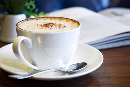 filiżanka kawy: Cappuccino na stole Zdjęcie Seryjne
