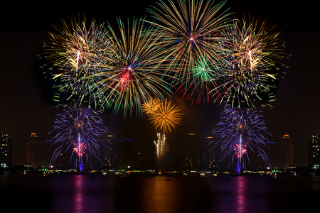 Bela exibição de fogo de artifício para a celebração no rio