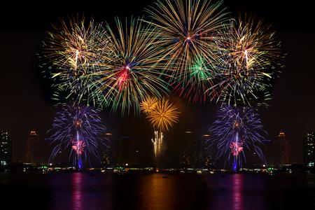 julio: Fuegos artificiales hermoso para la celebración en el río Foto de archivo