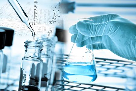 과학자의 손과 실험실 유리 배경 플라스크