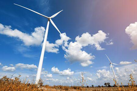 energías renovables: turbina de viento para generar electricidad con el cielo azul