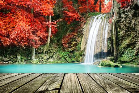 Waterval in herfstbos Stockfoto - 46622325