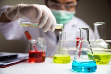 실험실에서 화학 유리로 과학자 스톡 콘텐츠