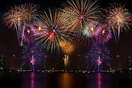 fuegos artificiales: Fuegos artificiales hermoso de celebración con el fondo ligero blur Foto de archivo