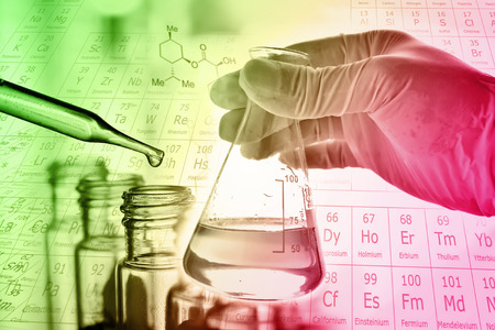 química: Frasco de científico mano con el tubo de ensayo en el bastidor