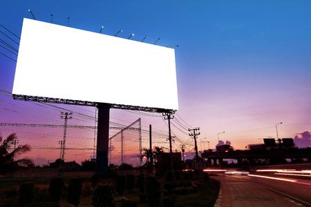 옥외 광고 포스터 또는 광고에 대 한 밤 시간에 빈 광고판에 대한 빌보드 빈. 가로등