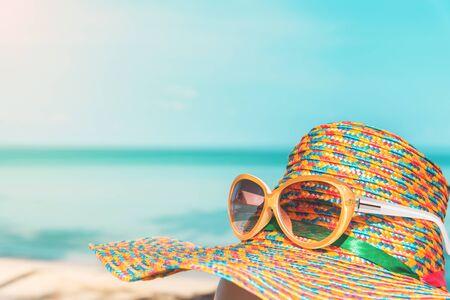 선글라스와 밀 짚 모자 흐림 푸른 바다와 하늘 배경, 여름 휴가 시간 개념