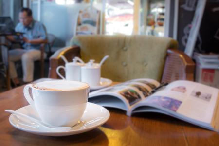 Cappuccinokaffee auf dem Tisch am Café