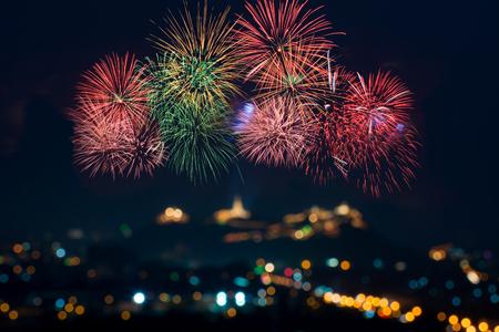 축하와 함께 아름 다운 불꽃 디스플레이 흐림 bokeh 빛 스톡 콘텐츠 - 90990206