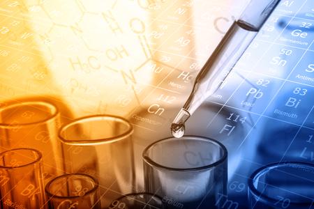 Fallenlassen der Flüssigkeit zum Reagenzglas, chemisches, wissenschaftliches Forschungs- und Entwicklungskonzept